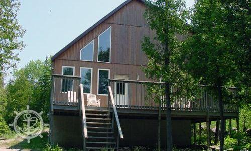 Simple and cozy, this three-bedroom cottage is just right for an overnight stay or a weekend getaway. It is only a short strollfrom the waterfront Sunset Deckorinto downtown Tobermory.